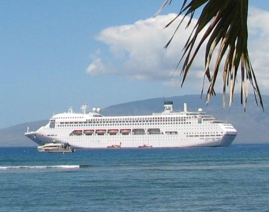 大きな船が穏やかな海を進む夢
