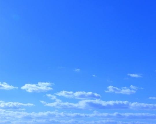 青空に白い雲が<strong>浮かぶ</strong>夢
