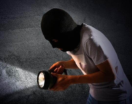 自分が泥棒になって何かを盗む夢