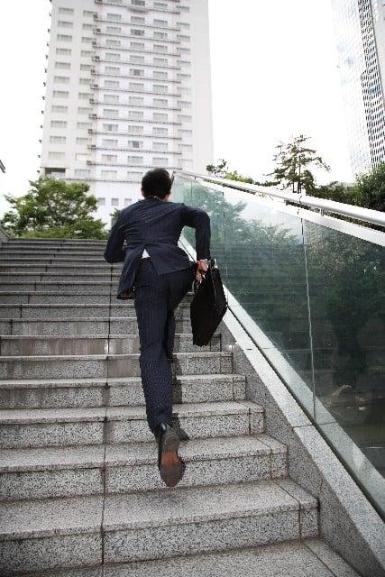 軽快に階段を上がる夢