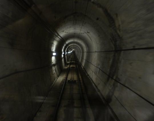 真っ暗で先が見えないトンネルの夢