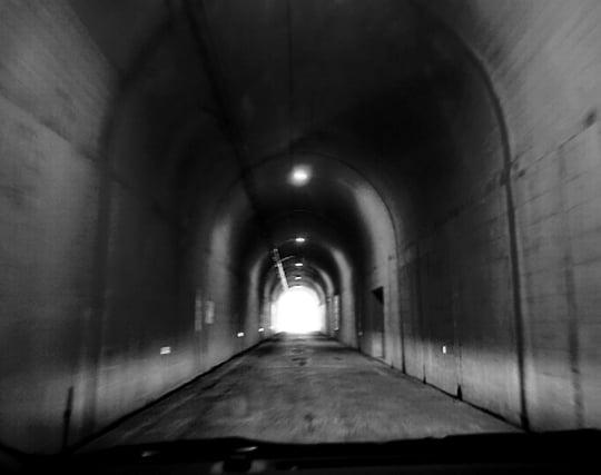 トンネルの先に光が見える夢