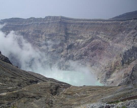 火山の噴火口を覗く夢