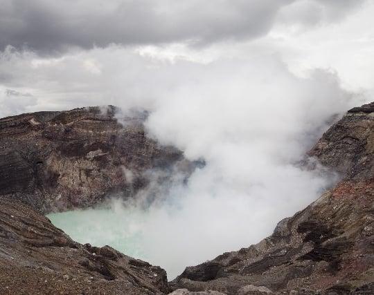 火山の噴火口から煙が立ち上っている夢