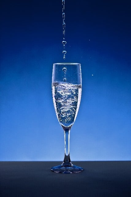 グラスに綺麗な水が注がれる夢