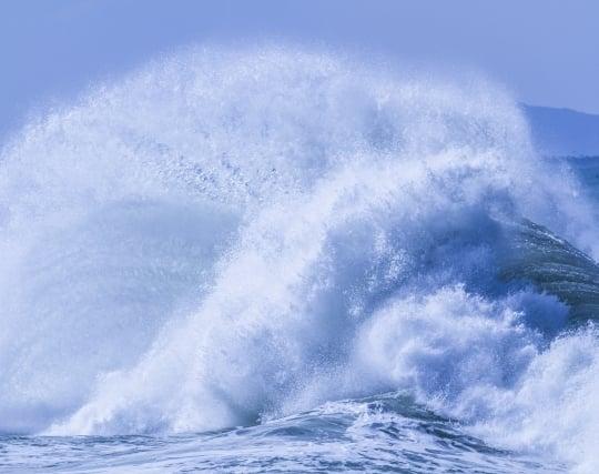 強風で海が荒れる夢