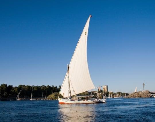ヨットが風を受けて進む夢