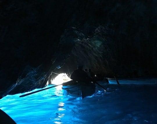 真っ暗い洞窟の先に光が見える夢