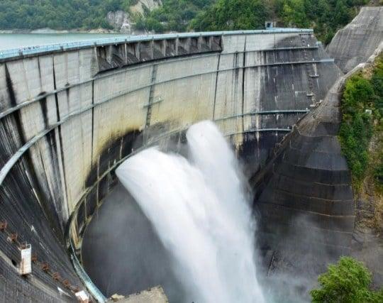 ダムから放水している夢