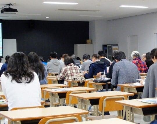 学校の教室で机に向かって勉強している夢