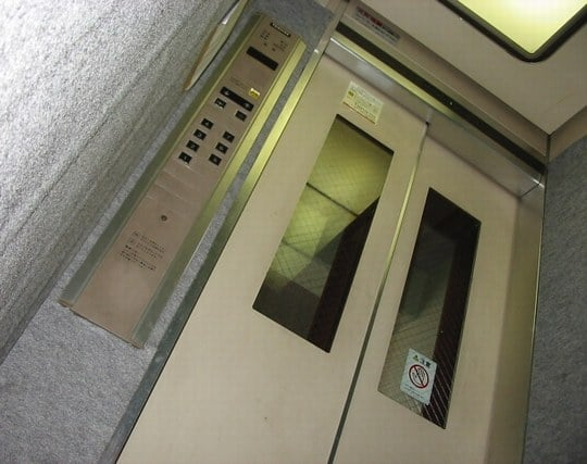 エレベーターが狭いと感じる夢