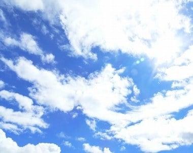 白い雲が空に浮かんでいる夢