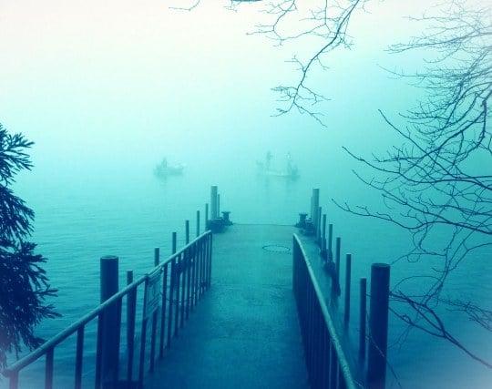 湖に霧がかかる夢