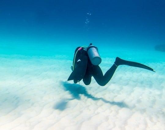 一人でスキューバダイビングをして寂しい夢
