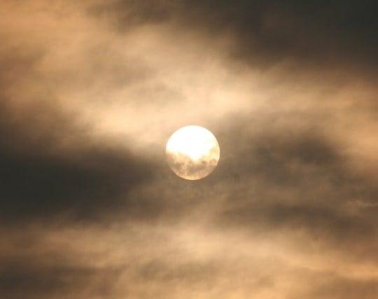 太陽が雲に隠れる夢