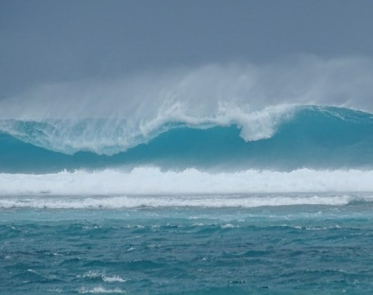 津波が近くまで迫っている夢
