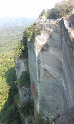 頂上は断崖絶壁